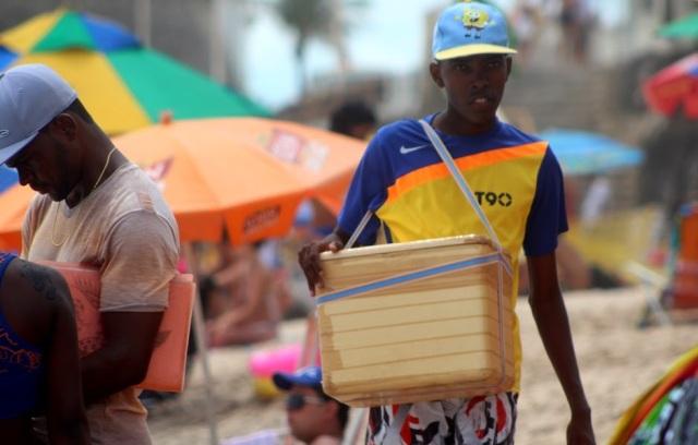 Chłopiec sprzedający napoje na plaży w Salvadorze