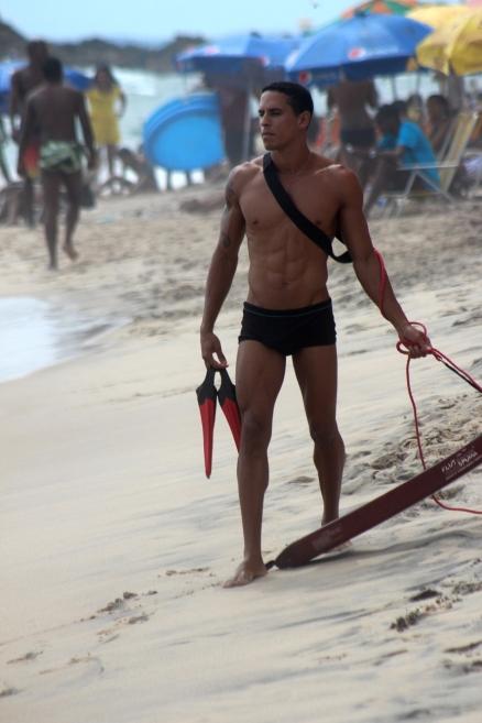 Mężczyzna na plaży w Barra w Salvadorze